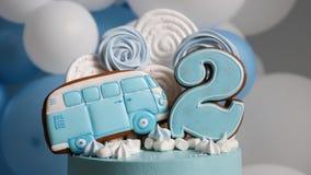 Μπλε αριθμός δύο κέικ και το λεωφορείο υπό μορφή μελοψώματος απόθεμα βίντεο