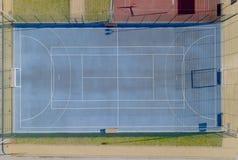 Μπλε γήπεδα αντισφαίρισης με την τεχνητή τύρφη Πυροβολισμός από το ύψος της πτήσης πουλιών Τομέας Minifootball με μια πύλη Άποψη  στοκ φωτογραφία με δικαίωμα ελεύθερης χρήσης