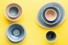 Μπλε, γκρίζο και μπεζ dinnerware στοκ εικόνες
