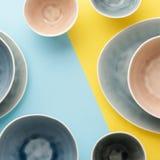 Μπλε, γκρίζο και μπεζ dinnerware στοκ φωτογραφία