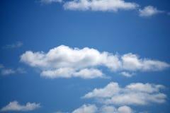 μπλε λευκό ουρανού σύννεφων χνουδωτό στοκ εικόνα με δικαίωμα ελεύθερης χρήσης