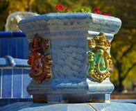 Μπλε μαρμάρινο flowerpot με τις διακοσμήσεις και τα λουλούδια στοκ εικόνες με δικαίωμα ελεύθερης χρήσης