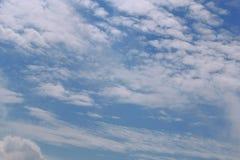 Μπλε νεφελώδης ουρανός από το φωτιστικό αεροπλάνων με το copyspace Διάστημα για να ονειρευτεί, επιθυμίες Όμορφο τοπίο από bird&#x στοκ εικόνες