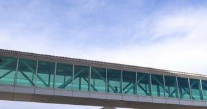 Μπλε ουρανοί πίσω από τη γέφυρα ουρανού μεταξύ των κτηρίων απόθεμα βίντεο