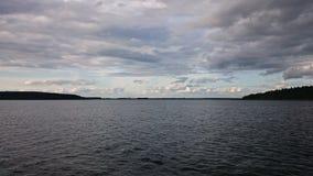 Μπλε ουρανός και μπλε λίμνη το καλοκαίρι Τα άσπρα σύννεφα απεικονίζονται στο νερό Η διάσημη λίμνη Seliger Ρωσία στοκ φωτογραφία