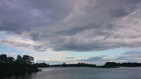 Μπλε ουρανός και μπλε λίμνη το καλοκαίρι Τα άσπρα σύννεφα απεικονίζονται στο νερό Η διάσημη λίμνη Seliger Ρωσία στοκ εικόνα με δικαίωμα ελεύθερης χρήσης