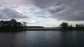 Μπλε ουρανός και μπλε λίμνη το καλοκαίρι Τα άσπρα σύννεφα απεικονίζονται στο νερό Η διάσημη λίμνη Seliger Ρωσία στοκ φωτογραφίες