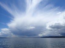 Μπλε ουρανός πέρα από τον ωκεανό με τη θύελλα στοκ φωτογραφία
