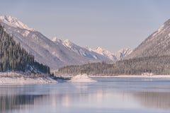 Μπλε χειμερινό τοπίο στη λίμνη ψεκασμού στοκ εικόνες με δικαίωμα ελεύθερης χρήσης
