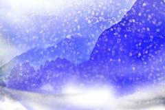 μπλε snowflakes ανασκόπησης άσπρος χειμώνας Μειωμένο χιόνι στα βουνά απεικόνιση αποθεμάτων