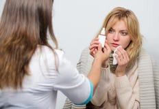 Μπορεί να βοηθήσει να καθαρίσει τους κόλπους της Ιατρός που εξετάζει τον ασθενή Γιατρός πρωτοβάθμιας περίθαλψης που κάνει τη διάγ στοκ εικόνα
