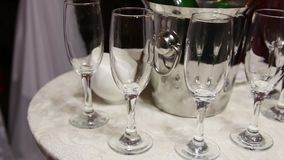 Μπουκάλι CHAMPAGNE σε κάδο πάγου και έξι γυαλιά απόθεμα βίντεο