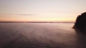 Μπροστινά γιοτ σκαφών ποταμών πρωινού ανατολής απόθεμα βίντεο