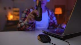 Μπύρα κατανάλωσης εφήβων και παίζοντας παιχνίδια στον υπολογιστή, αλκοολισμός, επιβλαβής εθισμός φιλμ μικρού μήκους