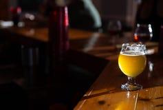 Μπύρα τεχνών σε έναν φραγμό με το διάστημα αντιγράφων στοκ εικόνες με δικαίωμα ελεύθερης χρήσης