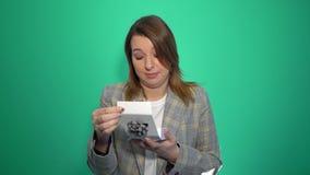 Νέαη γυναίκα το κακό δώρο που απομονώνεται για απόθεμα βίντεο