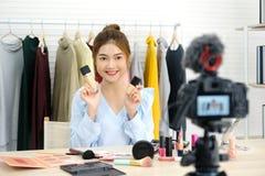 Νέα ασιατική ομορφιά γυναικών blogger που επιδεικνύει πώς να αποτελέσει την τηλεοπτική διδακτική καταγραφή από τη κάμερα, vlog έν στοκ εικόνα με δικαίωμα ελεύθερης χρήσης