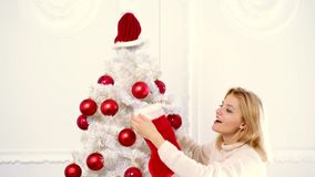 Νέα γυναίκα έτους Ευτυχή νέα γυναικεία δώρα από την εστία κοντά στο χριστουγεννιάτικο δέντρο νέο έτος έννοιας Χριστούγεννα η διαν απόθεμα βίντεο