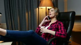 Νέα γυναίκα στην αρχή έχοντας ένα κενό Το ομιλούν κινητό τηλέφωνο και πίνει τον καφέ απόθεμα βίντεο