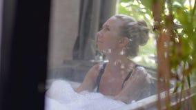 Νέα γυναίκα στην μπανιέρα απόθεμα βίντεο