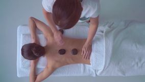Νέα γυναίκα στη SPA Παραδοσιακή θεραπεύοντας θεραπεία και να τρίψει τις θεραπείες Υγεία, φροντίδα δέρματος, μασάζ, οστεοπάθεια κα φιλμ μικρού μήκους