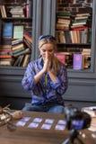 Νέα γυναίκα της Νίκαιας που κρατά τα χέρια της από κοινού στοκ φωτογραφία