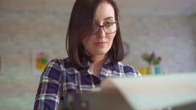 Νέα γυναίκα πορτρέτου που εργάζεται σε μια παλαιά γραφομηχανή με τη θετική συγκίνηση απόθεμα βίντεο
