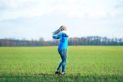 Νέα γυναίκα που χαλαρώνει και που χορεύει στο λιβάδι ελεύθερος χρόνος διασκέδασης στοκ εικόνες με δικαίωμα ελεύθερης χρήσης