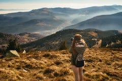 Νέα γυναίκα που παίρνει την εικόνα μιας ομιχλώδους κοιλάδας στοκ εικόνα με δικαίωμα ελεύθερης χρήσης