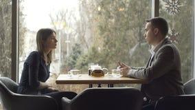 Νέα επιχείρηση συζήτησης επιχειρηματιών στον καφέ απόθεμα βίντεο