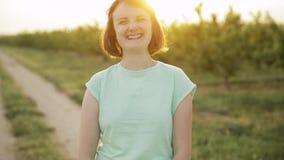 Νέα θετική καυκάσια γυναίκα κοριτσιών που απολαμβάνει τη ζωή και που γελά στη κάμερα στον ισπανικό δρόμο επαρχίας μέσω του αγροτι φιλμ μικρού μήκους