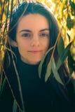 Νέα θηλυκά καυκάσια χαμόγελα στη κάμερα στοκ εικόνα