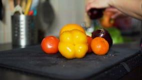 Νέα λαχανικά και φρούτα πλύσης γυναικών απόθεμα βίντεο