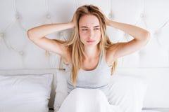Νέα λευκή γυναίκα με τον επικεφαλής πονοκέφαλο ημικρανίας αϋπνίας: Κακή έννοια προβλήματος ύπνου στοκ φωτογραφία