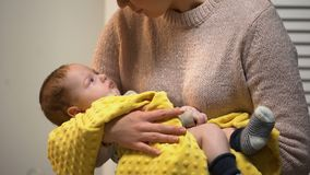 Νέα μαμά που κρατά το λατρευτό νεογέννητο μωρό στα όπλα και που μιλά σε τον, αγάπη απόθεμα βίντεο