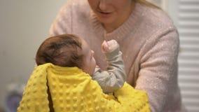 Νέα μαμά που κτυπά ελαφρά τα νεογνά tummy για να μειώσει το μωρό colic, υγειονομική περίθαλψη νηπίων φιλμ μικρού μήκους