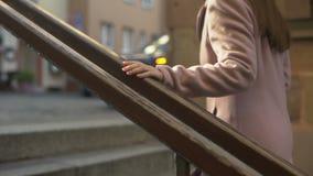Νέα μοντέρνη κυρία που πηγαίνει επάνω, που περπατά όμορφο παλαιό σε στο κέντρο της πόλης, τουρίστας απόθεμα βίντεο