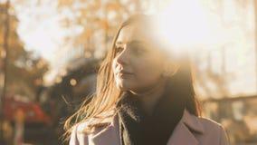 Νέα όμορφη κυρία που απολαμβάνει ευχάριστο να ονειρευτεί φωτός του ήλιου φθινοπώρου μεγάλο, έμπνευση απόθεμα βίντεο