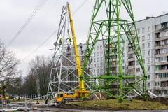 Νέα συνέλευση υποστήριξης χάλυβα ηλεκτροφόρων καλωδίων υψηλής τάσης στην πόλη στοκ φωτογραφία με δικαίωμα ελεύθερης χρήσης