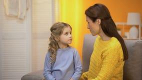 Νέα τρίχα μικρών κοριτσιών κτυπήματος μητέρων και αγκάλιασμα την, ευτυχία στην οικογένεια απόθεμα βίντεο
