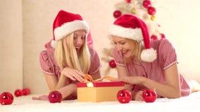 Νέα φίλη έτους Ευτυχή νέα δώρα φίλων από την εστία κοντά στο χριστουγεννιάτικο δέντρο νέο έτος έννοιας Χριστούγεννα απόθεμα βίντεο