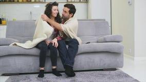 Νέα χαλάρωση ζευγών στο διαμέρισμά τους, στον καναπέ, που προσέχει έναν κινηματογράφο απόθεμα βίντεο