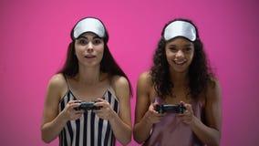 Νέες γυναίκες στα κοισμένος πηδάλια εκμετάλλευσης ένδυσης και το παίζοντας τηλεοπτικό παιχνίδι, συγκινήσεις φιλμ μικρού μήκους