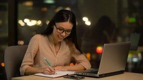 Νέες ιδέες γραψίματος γυναικών στο σημειωματάριο, πλοκή συλλογισμού του βιβλίου, έμπνευση απόθεμα βίντεο