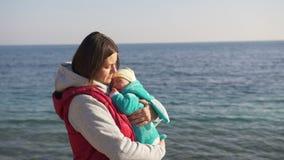 Νέες νηνεμίες μητέρων ο γιος της στην παραλία μια ηλιόλουστη ημέρα άνοιξη απόθεμα βίντεο