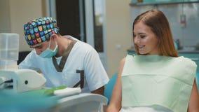 Νέοι όμορφοι κορίτσι και οδοντίατρος που προετοιμάζονται για την οδοντική επεξεργασία 4K φιλμ μικρού μήκους