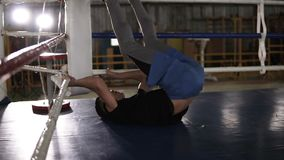 Νέος αθλητής στα περιστασιακά τραίνα στη γυμναστική εγκιβωτισμού που κάνει το τράβηγμα UPS για τα ανυψωτικά πόδια κοιλιών μέχρι τ απόθεμα βίντεο