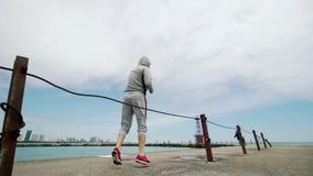 Νέος αθλητικός τύπος, που συμμετέχεται ενεργά στον αθλητισμό, άλματα, crossfit, εγκιβωτισμός, που στην ακτή της λίμνης, ευρύς πυρ απόθεμα βίντεο