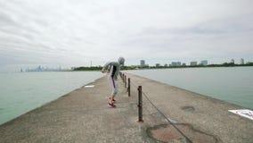 Νέος αθλητικός τύπος, που συμμετέχεται ενεργά στον αθλητισμό, άλματα, crossfit, εγκιβωτισμός, που στην ακτή της λίμνης, ευρύς πυρ φιλμ μικρού μήκους