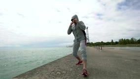 Νέος αθλητικός τύπος, που συμμετέχεται ενεργά στον αθλητισμό, crossfit, στην ακτή της λίμνης απόθεμα βίντεο
